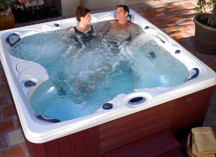 Компактная гидромассажная ванна семейного формата