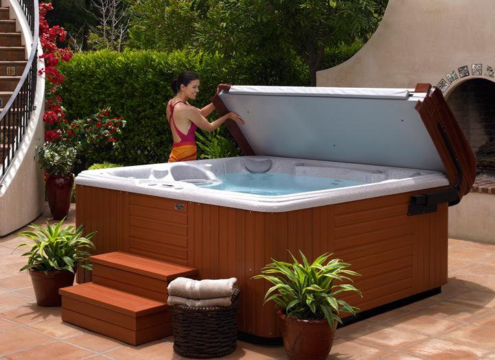 Готовая гидромассажная ванна – уместная, как дома, так и в небольшом SPA-салоне