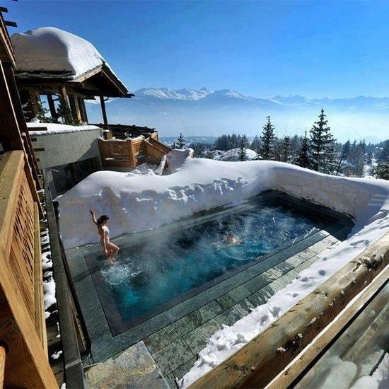 Бассейн для зимнего купания на террасе может быть установлен дома или в коммерческом заведении, например, в гостинице