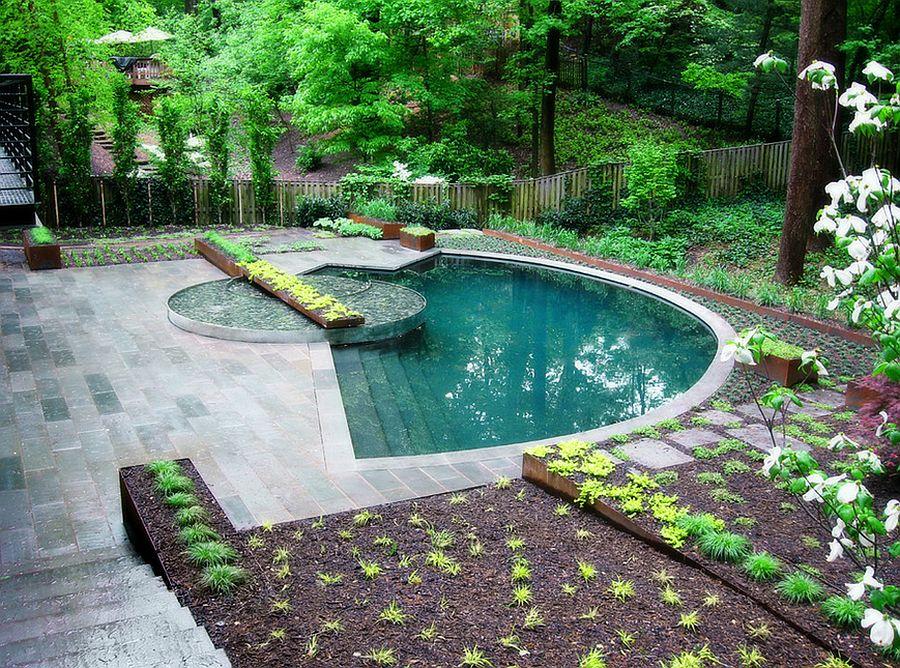 Водная гладь в бетонном ложе – отличное дополнение садового пейзажа