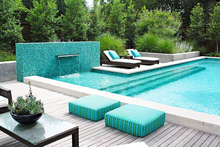 Полностью готовый, облицованный мозаикой домашний бассейн из бетона