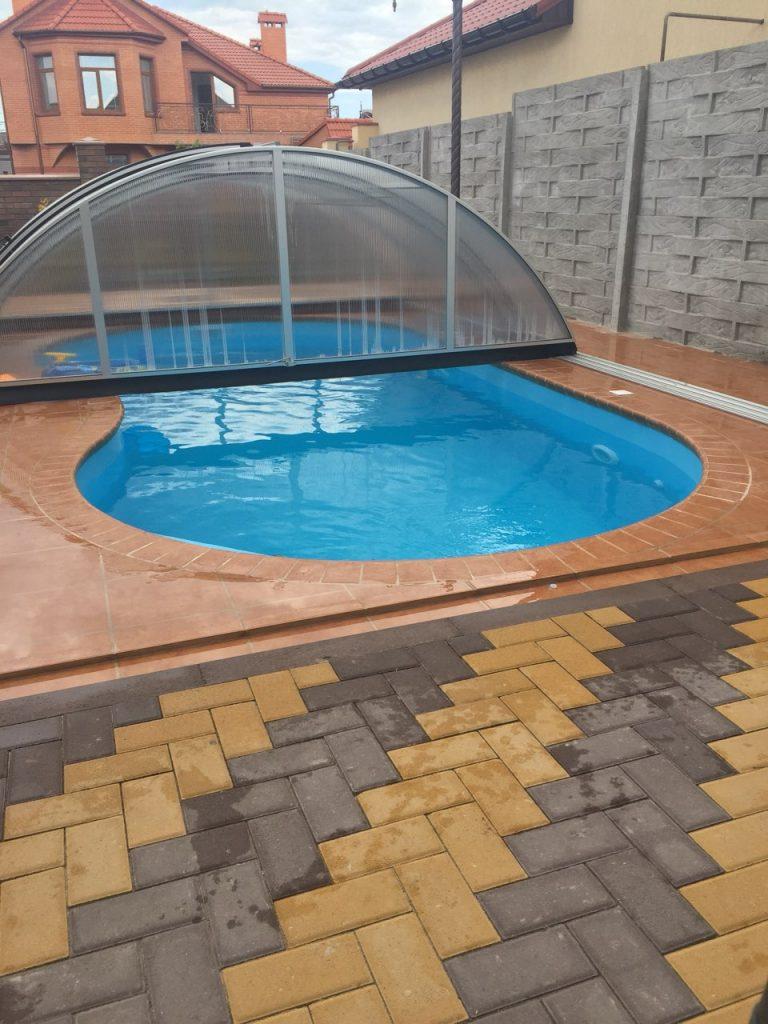 Бассейн с полипропиленовой чашей под раздвижным укрытием во дворе