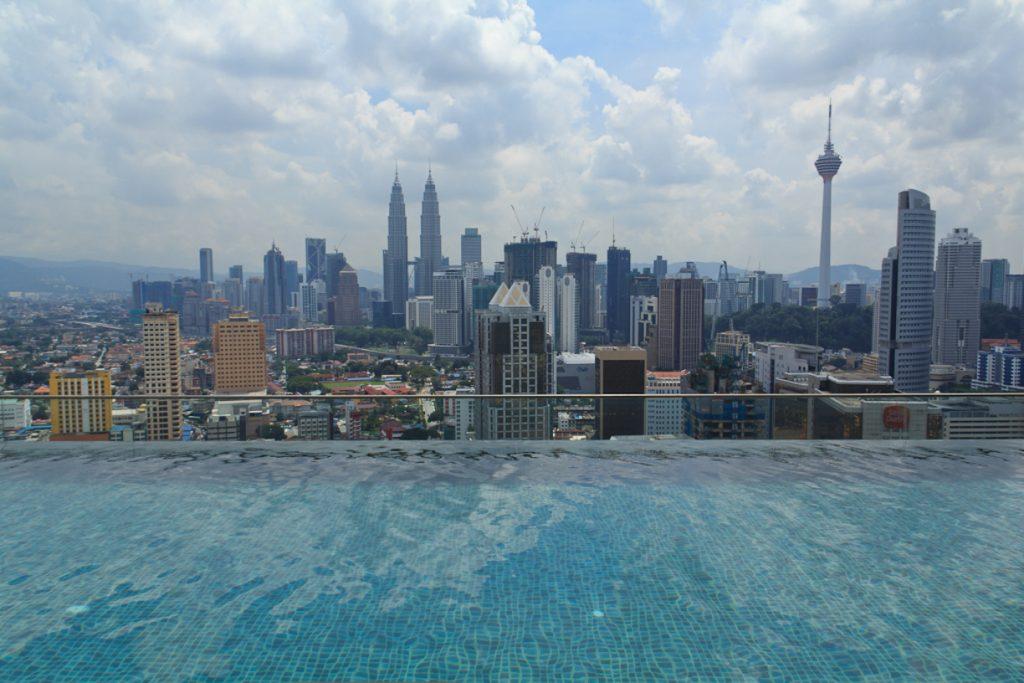 Купание на головокружительной высоте. Бассейновая чаша на крыше отеля