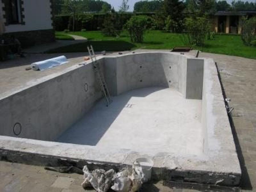 Для сравнения: полностью готовая, но необлицованная чаша из монолитного бетона