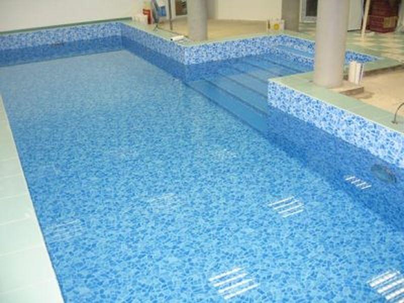 Средняя по размеру (10х3,5 м) бассейновая чаша с высоким бортом, установленная внутри помещения
