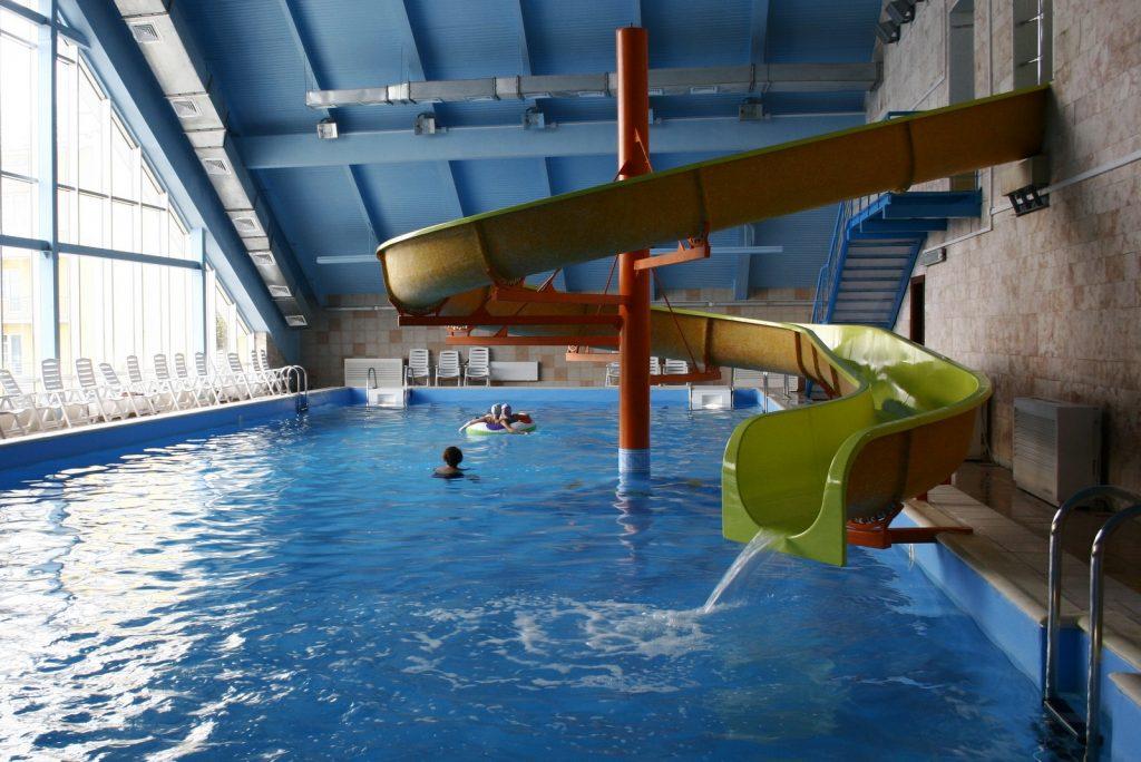 Спиральная горка с водным орошением, установленная в бессейновом зале