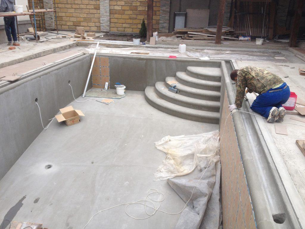 Обустройство переливной системой готовой бетонной чаши