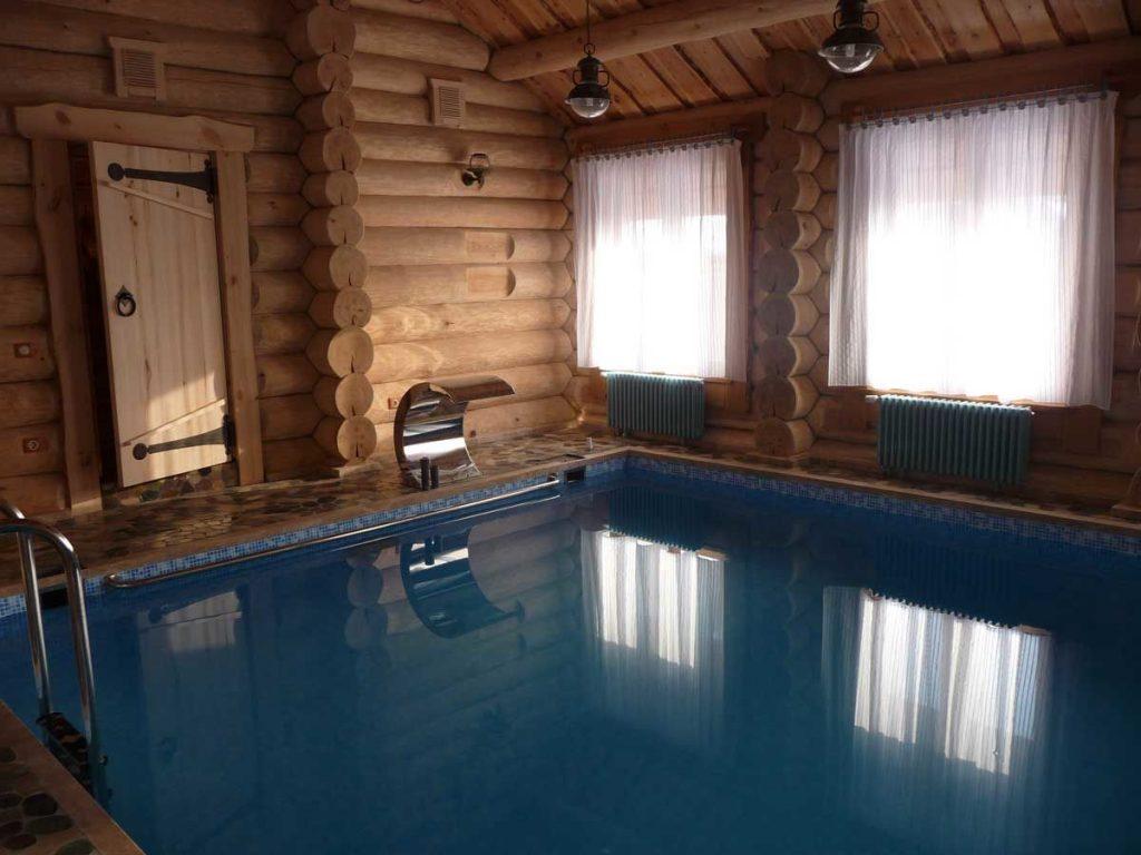 Бассейн в деревянном доме-срубе
