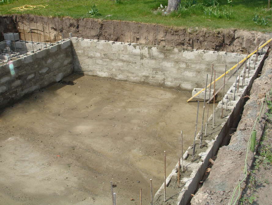 Чаша из бетонных блоков со сквозной (от дна до верхнего края бортов) арматурой