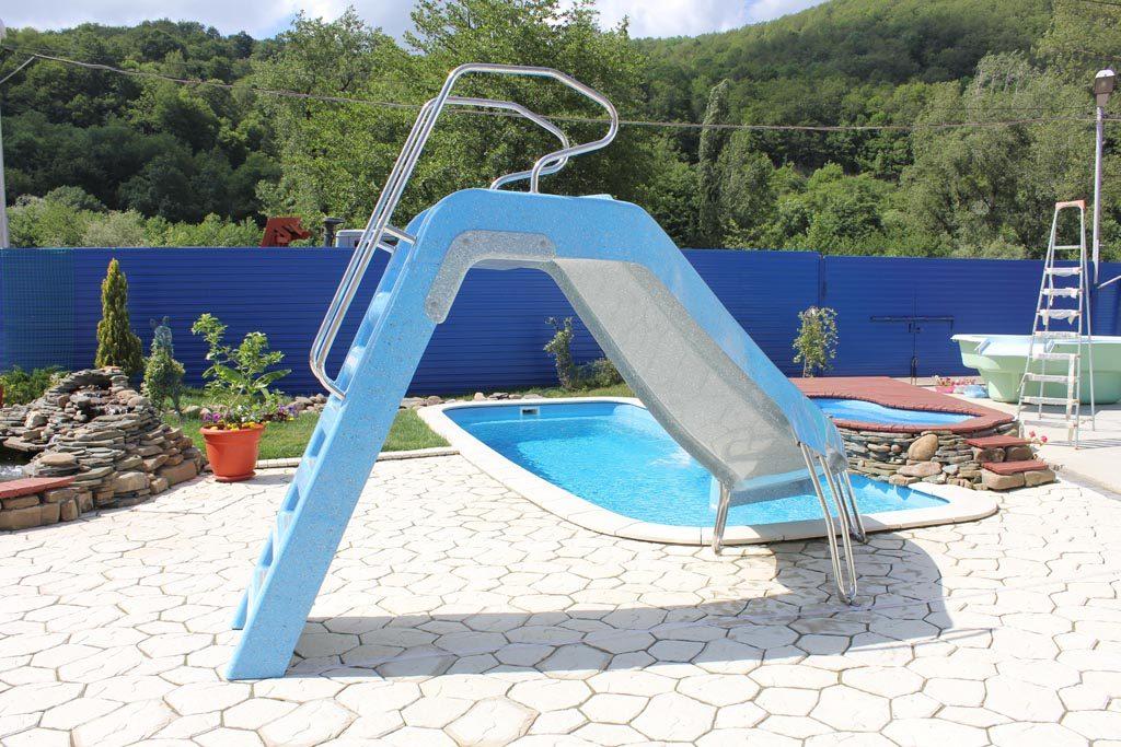 Легко-монтируемая, но надежная конструкция для «скоростного спуска» детей и подростков