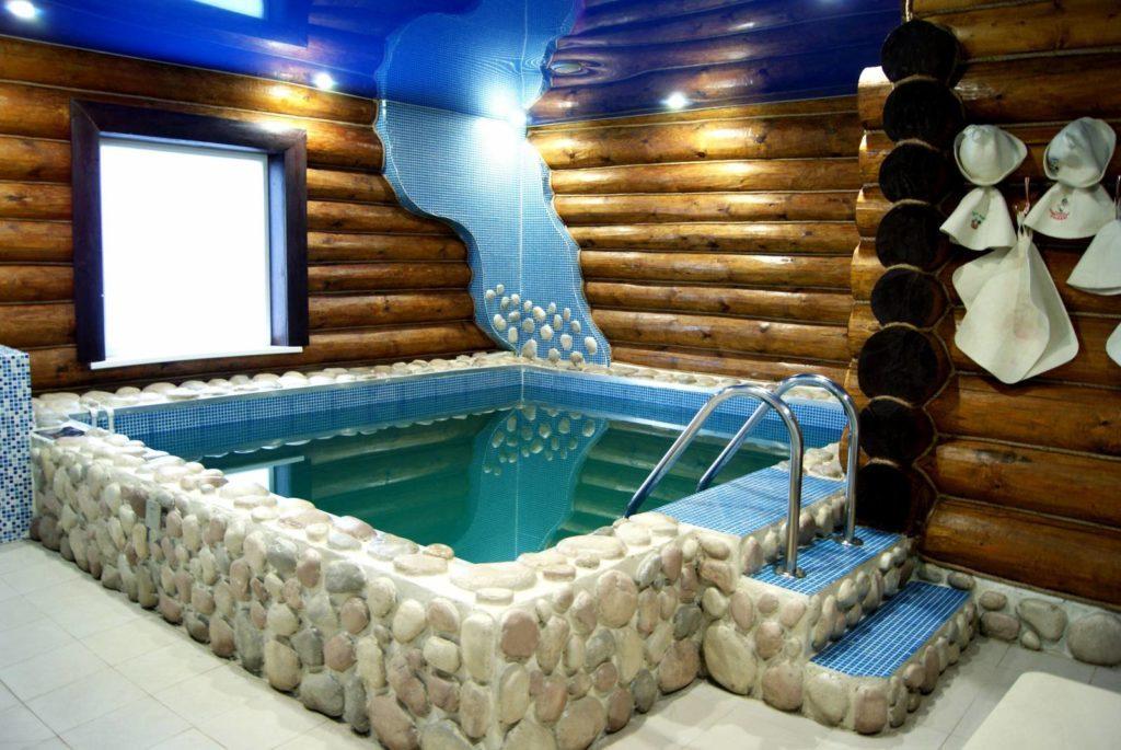 Классика стен, модерн потолка и бетонный бассейн с богатой отделкой