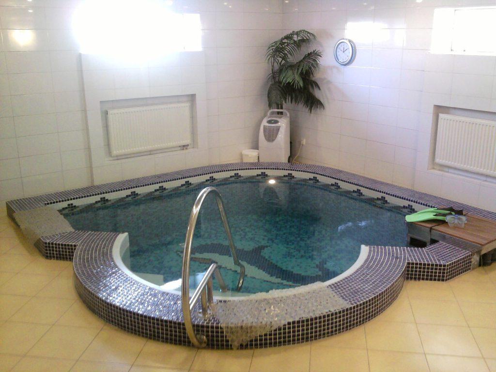 Встроенная в пол бассейновая чаша усложненной формы