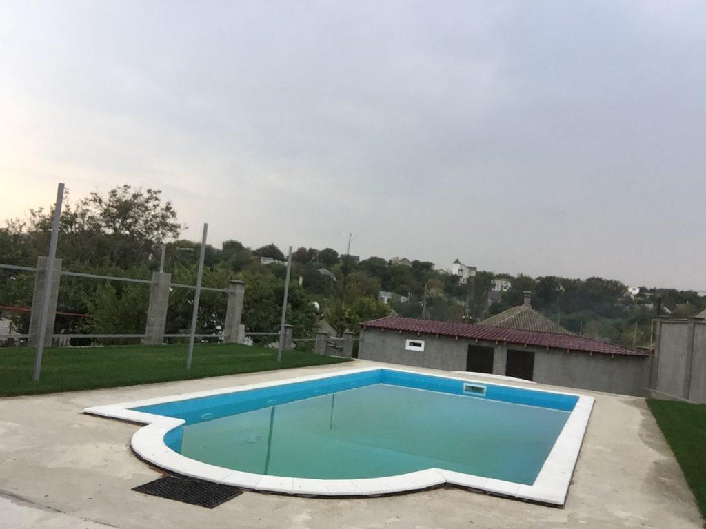 Крупноформатный открытый скиммерный бассейн с полипропиленовой чашей