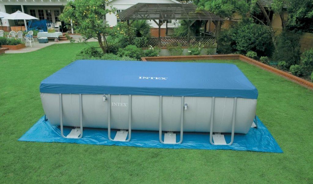 Каркасный бассейн из ПВХ на лужайке