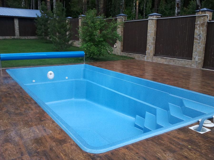 Полностью готовый композитный бассейн на открытой террасе