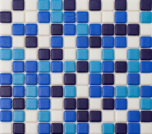 Четырехцветная мозаичная плитка, уложенная простым узором