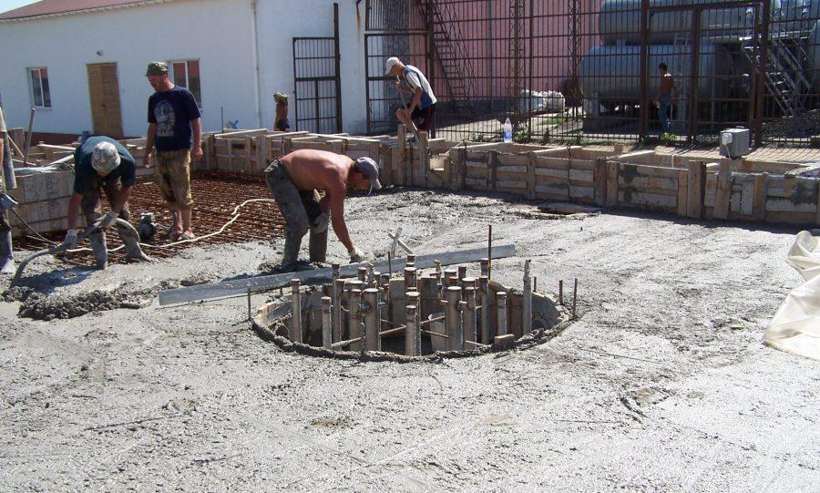 Укладка и заглаживание поверхности бетона
