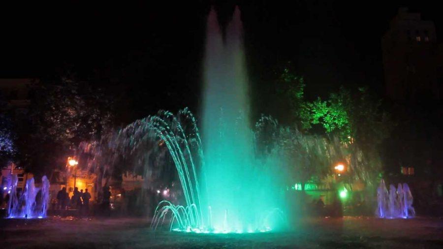 Поющий, играющий всеми цветами фонтан среднего размера – несомненная достопримечательность даже крупного города