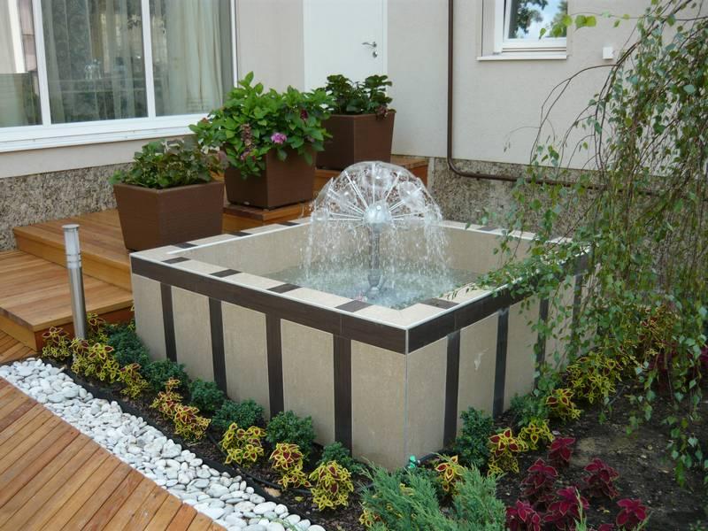 Бетонная чаша, облицованная керамической плиткой, создает во дворе особый уголок