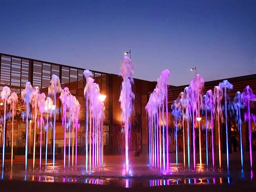 пешеходный фонтан с фиолетовой подсветкой