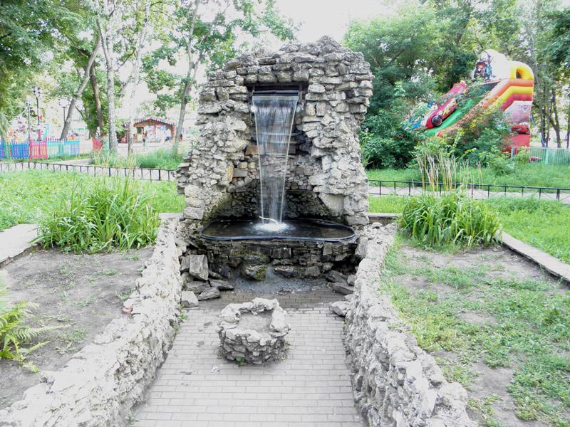 Водопад в облицовке из природного камня