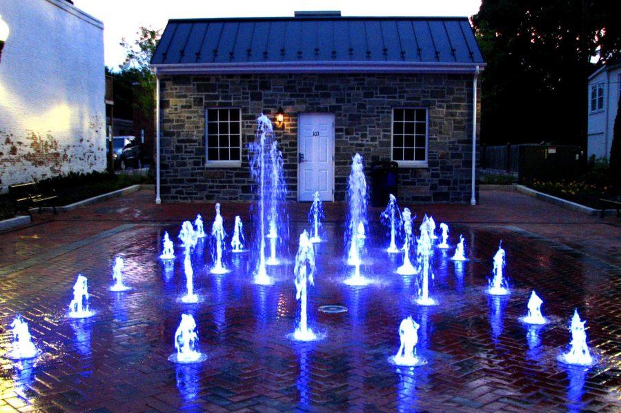 Водяные пушки с подсветкой посреди двора создают особый колорит