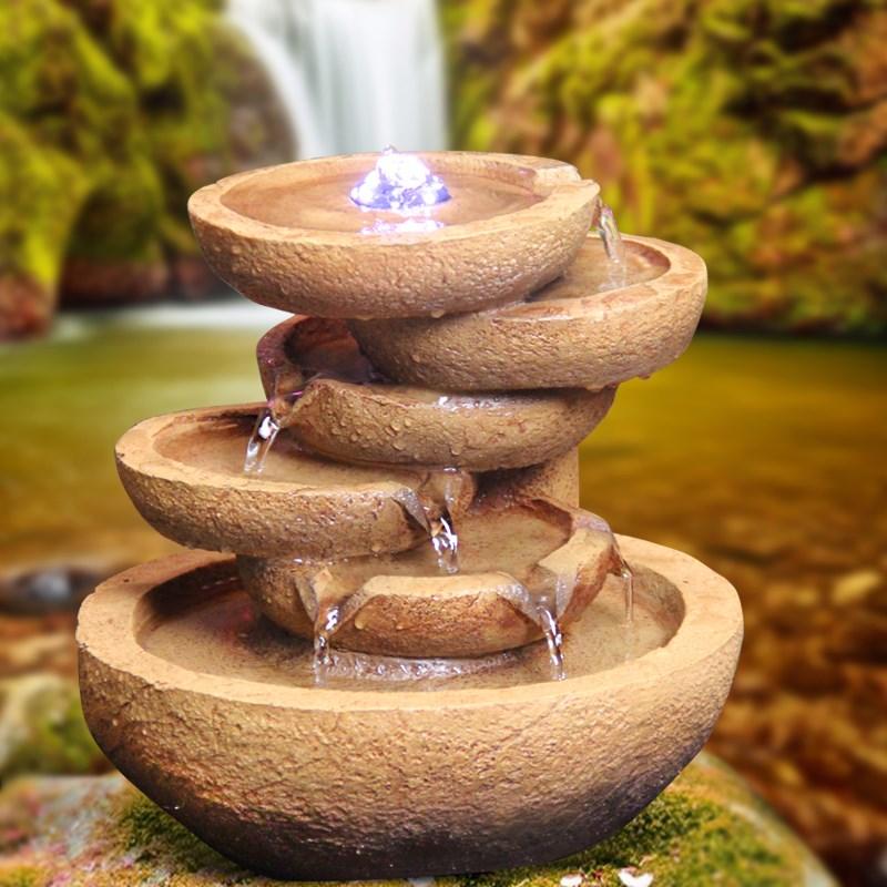 Такой малоформатный водопад в керамических вазах может повышать влажность лишь в малометражных комнатах с невысоким потолком
