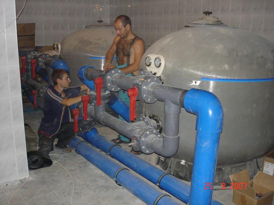 Пусконаладочные работы переливного водоема размером выше среднего – обратите внимание на габариты накопительных баков