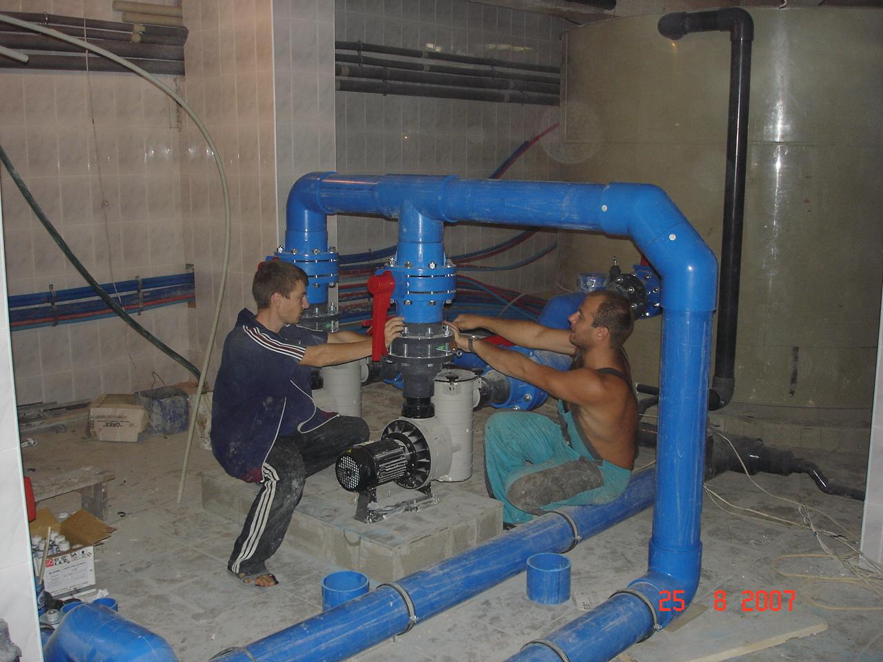 Монтаж оборудования – работа трудоемкая и аккуратная, требующая, как точности, так и физической силы