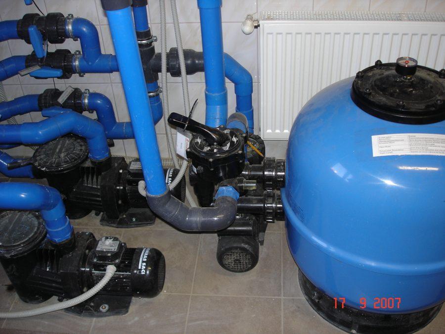 Фильтровальная установка и циркуляционные насосы, установленные профессионально – единым, компактным блоком