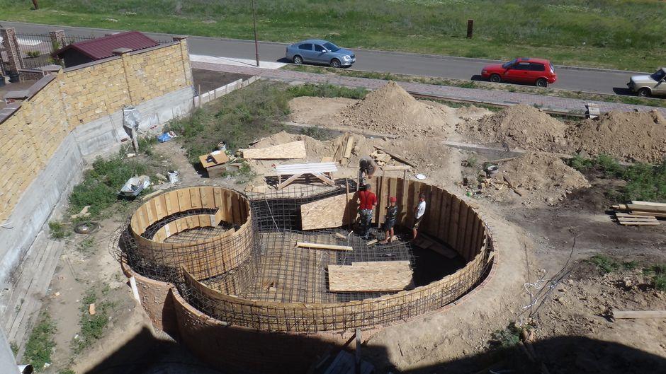 Бетонный бассейн в форме боба